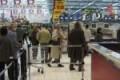 Entra in un supermercato e prende a schiaffi due donne