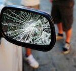Tagliano la strada a due ragazzi che non li fanno passare, li terrorizzano e prendono a pugni la macchina: indagati