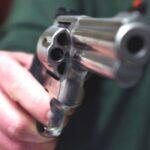 Litigano per un debito nel giorno di Pasqua, uomo ferito a colpi di pistola