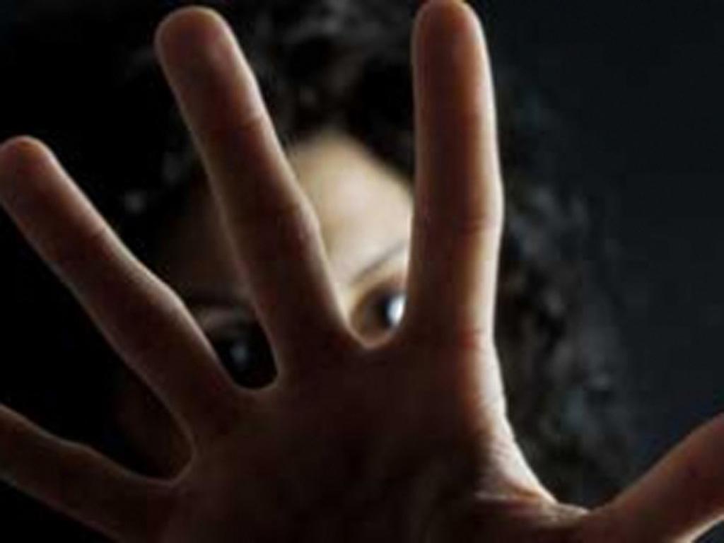 Tenta di cavare gli occhi alla convivente: arrestato un pregiudicato a Catania
