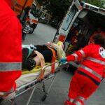 Travolti da auto mentre spingono scooter: feriti quattro ragazzi