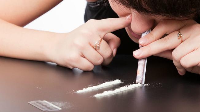 Market della droga in casa: pusher 19enne spacciava hashish, marijuana e cocaina