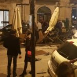 Auto finisce contro tre auto in sosta e distrugge un locale