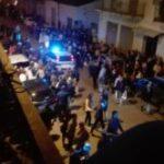 Auto si lancia sulla processione ad Alcamo, due feriti: tra questi un bambino (Video)